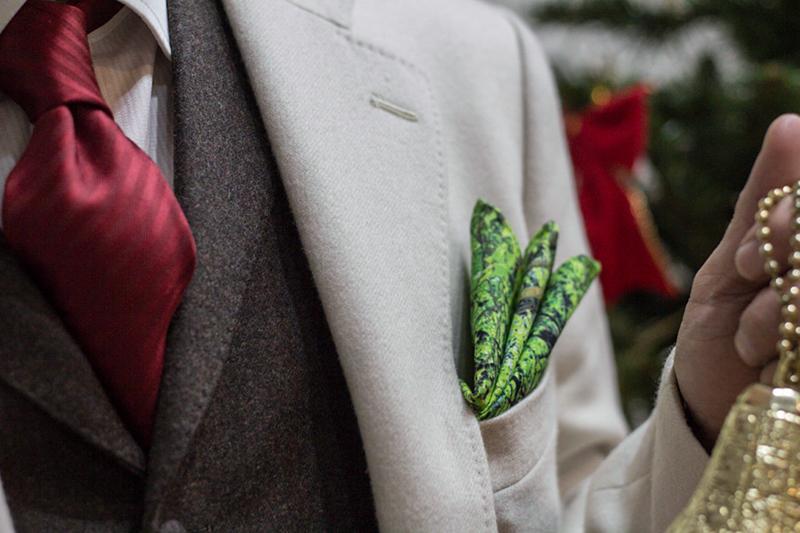 赤のタイと緑のチーフ