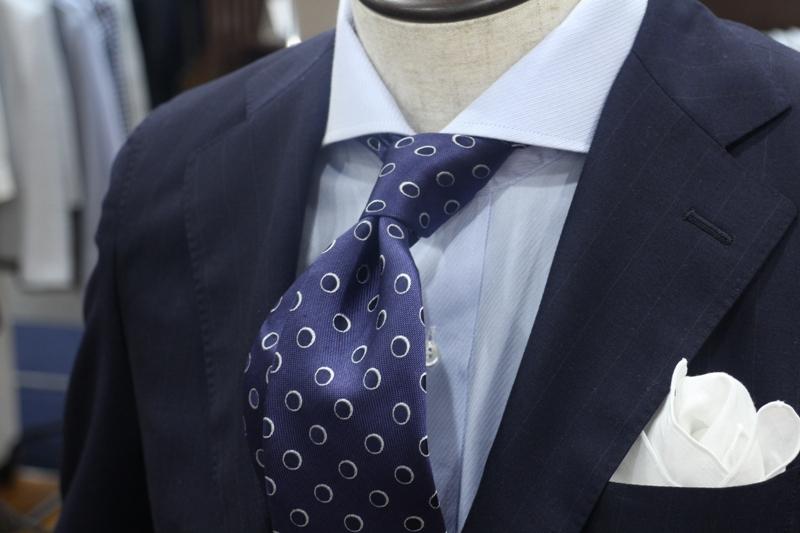 ネクタイ ドット柄 ネイビースーツ