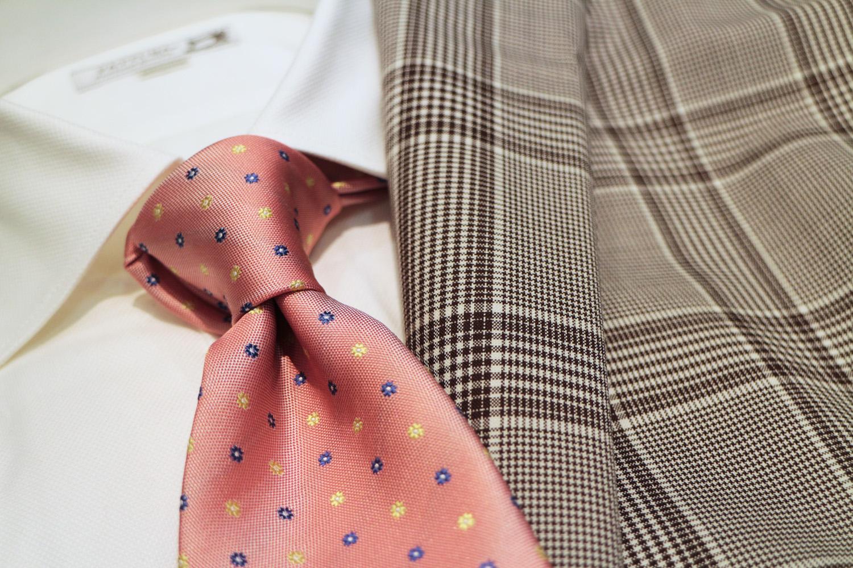 サーモンピンクのネクタイ