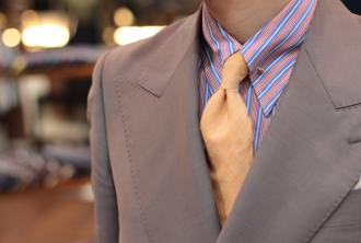 派手なシャツ,合わせ方,スーツ,コーデ